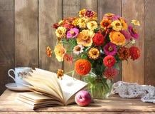 Todavía del país vida con las flores y la manzana Fotografía de archivo