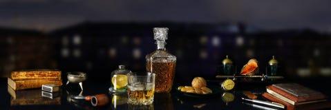 Todavía del panorama la vida con el whisky y la antigüedad se opone Imagen de archivo