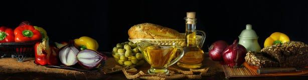 Todavía del panorama vida con aceite y verduras de oliva Foto de archivo