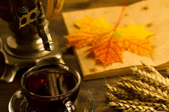 Todavía del té vida con el samovar, hojas de arce, en fondo de madera Imágenes de archivo libres de regalías