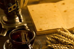 Todavía del té vida con el samovar, hojas de arce, en fondo de madera Vacie abierto un libro del vintage Fotografía de archivo