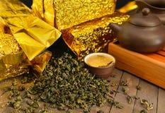 Todavía del té vida con las hojas de té y el juego de té crudos Imágenes de archivo libres de regalías