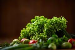 Todavía del vegetariano vida de verduras frescas en la placa de madera sobre el fondo rústico, primer, endecha plana Imagenes de archivo