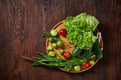 Todavía del vegetariano vida de verduras frescas en la placa de madera sobre el fondo rústico, primer, endecha plana Imagen de archivo