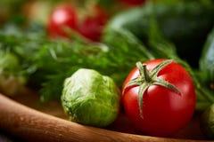 Todavía del vegetariano vida de verduras frescas en la placa de madera sobre el fondo rústico, primer, endecha plana Foto de archivo