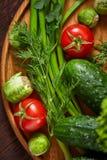Todavía del vegetariano vida de verduras frescas en la placa de madera sobre el fondo rústico, primer, endecha plana Fotografía de archivo libre de regalías