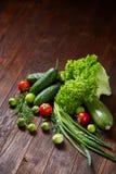 Todavía del vegetariano vida de verduras frescas en la placa de madera sobre el fondo rústico, primer, endecha plana Imagen de archivo libre de regalías