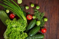 Todavía del vegetariano vida de verduras frescas en la placa de madera sobre el fondo rústico, primer, endecha plana Fotografía de archivo