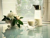 Todavía del verano vida con el jarro, la taza y las peonías en una tabla de cristal Imagenes de archivo