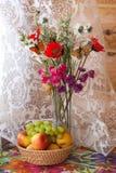 Todavía vida y con las flores y las frutas Fotos de archivo libres de regalías