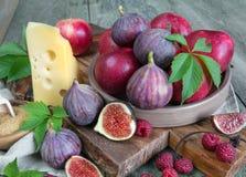 Todavía del verano vida con los higos y el queso Imagen de archivo libre de regalías