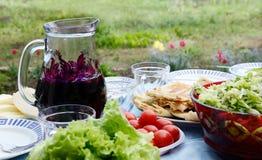 Todavía del verano vida con los tomates, el vino, el queso y la ensalada Fotos de archivo