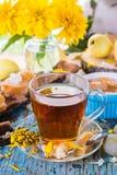 Todavía del verano vida con una taza del té negro, atasco de las peras Fotografía de archivo libre de regalías