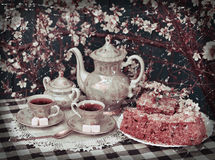 Todavía del vintage la vida con el juego de té y el hogar se apelmazan Foto de archivo