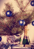 Todavía del vintage vida con las bolas y el vino espumoso del Año Nuevo Fotografía de archivo libre de regalías