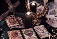 Todavía del vintage vida con las cartas de tarot, el mirrow y el cráneo Imágenes de archivo libres de regalías