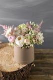Todavía del vintage vida con las flores caja redonda para el sombrero Imagenes de archivo