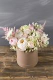 Todavía del vintage vida con las flores caja redonda para el sombrero Fotos de archivo libres de regalías