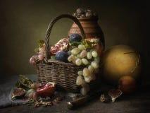 Todavía del vintage vida con las frutas y el melón Fotos de archivo