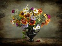 Todavía del vintage vida con un ramo de wildflowers en un florero Fotografía de archivo libre de regalías