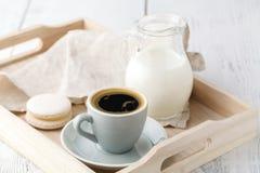 Todavía detalles de la vida, taza de té en la bandeja de madera del vintage retro en una mesa de centro en sala de estar Imagen de archivo