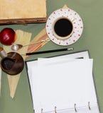 Todavía el vapor del café de la vida, una cucharilla con una extremidad encrespada miente en a Fotografía de archivo libre de regalías