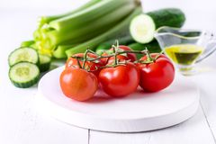 Todavía ensalada sabrosa sana del enemigo de Olive Oil Ripe Vegetables Ingredients del pepino de los tomates del apio de la vida Imagen de archivo libre de regalías