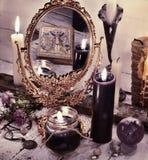 Todavía entonada vida con el espejo mágico y la reflexión de la carta de tarot Foto de archivo libre de regalías