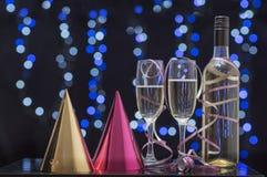 Todavía escena del partido de la vida de los vidrios de flauta, de los sombreros del partido y del champán Fotos de archivo libres de regalías