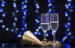 Todavía escena del partido de la vida del vidrio de flauta, de un sombrero del partido y del champán Imagen de archivo