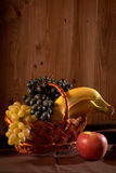 todavía espacio de la copia de la cesta de fruta de la vida Foto de archivo libre de regalías