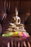 Todavía estatua de Buda de la vida con la guirnalda Fotos de archivo libres de regalías