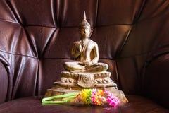 Todavía estatua de Buda de la vida con la guirnalda Foto de archivo libre de regalías