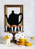 Todavía fiesta del té enojada de la vida con los molletes Foto de archivo libre de regalías