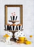 Todavía fiesta del té enojada de la vida con los molletes Foto de archivo