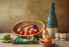 Todavía florero colorido de la cesta de los huevos de Pascua de la vida Fotos de archivo