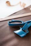Todavía foto de la vida de una plantilla del modelo del traje con la cinta métrica, c Fotografía de archivo