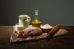 Todavía foto de la vida del pan y de la harina con leche y huevos Imagenes de archivo