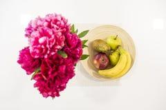 Todavía foto de la vida de flores y de frutas fotografía de archivo libre de regalías