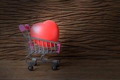 Todavía fotografía de la pintura de la vida con forma roja del corazón sobre viejo fondo de madera hermoso Imagen para el concept Imágenes de archivo libres de regalías