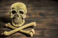Todavía fotografía de la vida con el cráneo humano y la bandera pirata Fotografía de archivo