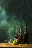 Todavía fotografía de la vida con el vino blanco viejo Imagen de archivo