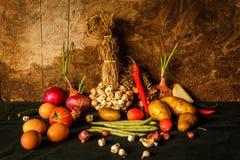 Todavía fotografía de la vida con las especias, las hierbas, las verduras y las frutas Fotografía de archivo