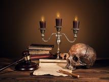Todavía fotografía del arte de la vida en el esqueleto humano del cráneo Foto de archivo libre de regalías