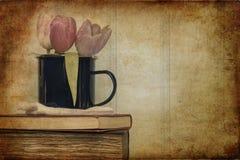 Todavía imagen de la vida de las flores de la primavera con el filtro e de la textura del vintage Foto de archivo libre de regalías