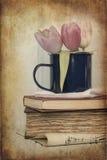 Todavía imagen de la vida de las flores de la primavera con el filtro e de la textura del vintage Foto de archivo