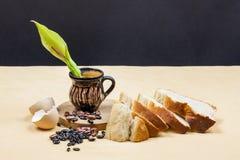 Todavía la composición de la vida con la tabla de cortar de madera de la cocina, las habas, la cáscara de huevo, el pan y el pote Imágenes de archivo libres de regalías