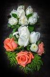 Todavía la vida adornó rosas anaranjadas y blancas Foto de archivo libre de regalías