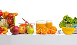 Todavía la vida cfreshly exprimió el jugo, fruta y verdura en tabl Fotografía de archivo