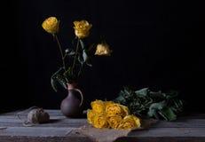 Todavía vida con las flores marchitadas amarillo Imagen de archivo libre de regalías